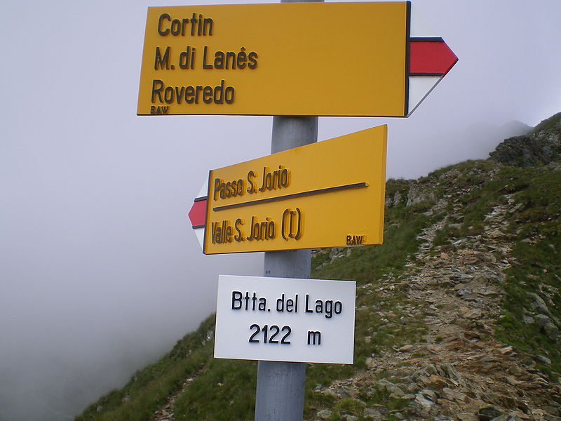 I cartelli indicatori del passo presso la Bocchetta del Lago, sull'Alta Via del Lario