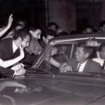 30-06-1963, Bellagio. JF-Kennedy-salutato-dai-bellagini-al-rientro-in-Villa-Serbelloni-dopo-un-breve-giro-nel-centro-del-paese