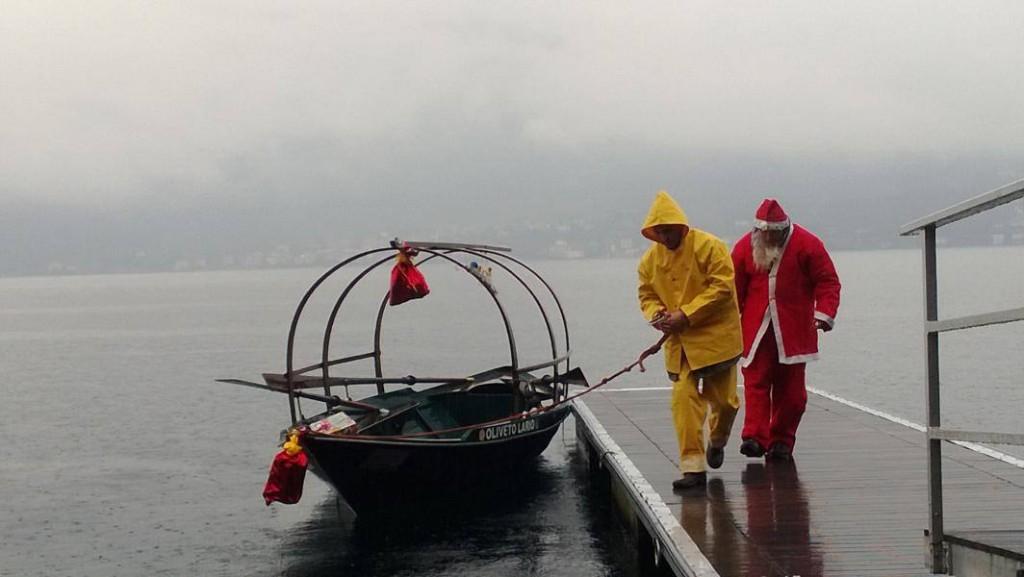 24 Dicembre 2013 - Sotto la pioggia, Babbo Natale arriva a Vassena a bordo della Lucia - GRUPPO MANZONIANO LUCIE