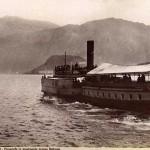 800px-Brogi,_Carlo_(1850-1925)_-_n._9031_-_Lago_di_Como_-_Piroscafo_in_movimento_presso_Bellagio